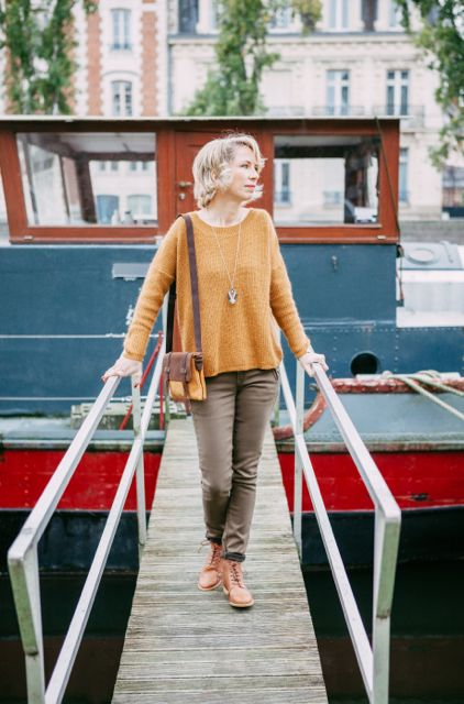 look_14_pantalon_kaki_pull_jaune_moutarde_cas_jaune_moutarde_bottine_camel_collection_capsule_automne_2017_la_fee_louise