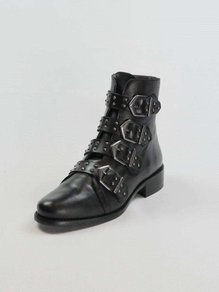 Karoline-bottine-noire-clous-sangles-montante-cuir-yong-folies-la-fee-louise-5