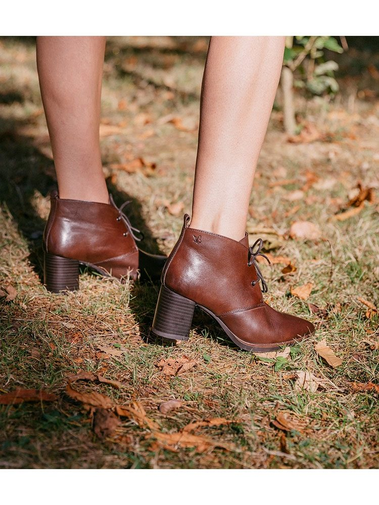 Kenza-bottine-lacets-cuir-marron-talon-25106-caprice-la-fee-louise-une