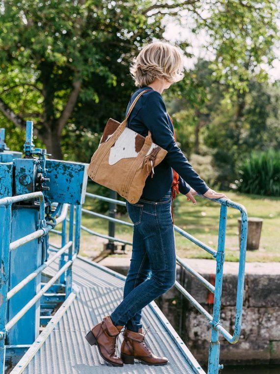 Kessia-sac-porte-epaule-camel-peau-de-vache-buffalo-le-voyage-en-panier-la-fee-louise-1
