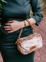 Nouria-sac-rose-poudre-bandouliere-sequins-brillant-idee-cadeau-noel-mama-scale-mila-louise-la-fee-louise-1