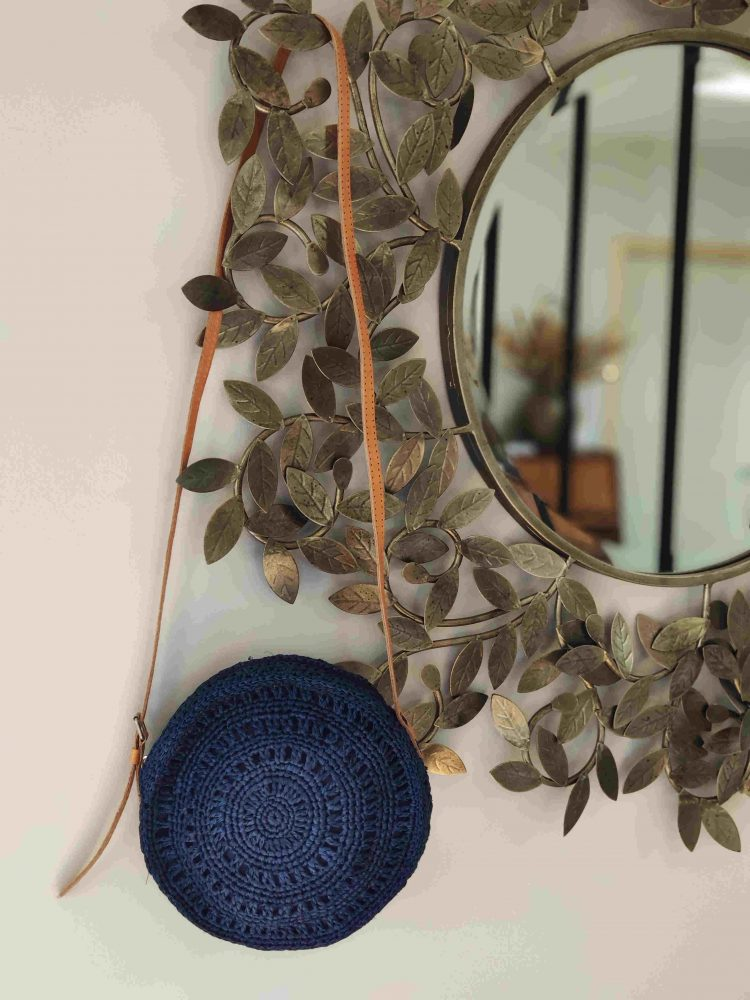 Prunelle-sac-bandouliere-bleu-marine-crochet-tressage-raphia-le-voyage-en-panier-la-fee-louise-1