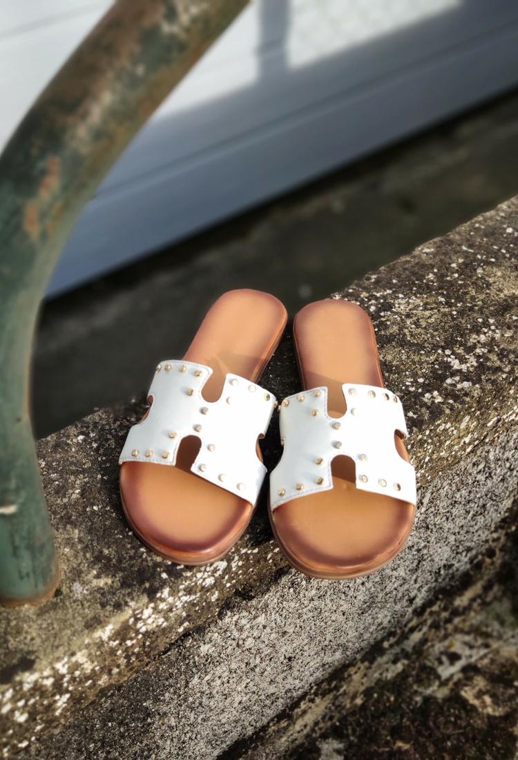 Simona-mule-sandale-blanche-cuir-clous-la-fee-louise-1