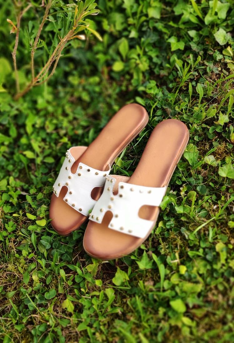 Simona-mule-sandale-blanche-cuir-clous-la-fee-louise-2
