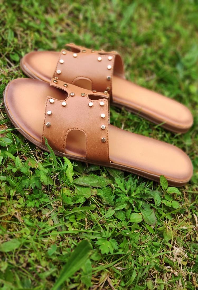 Simona-mule-sandale-camel-cuir-clous-la-fee-louise-2