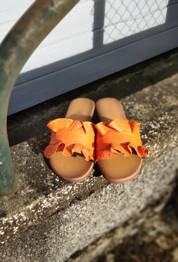 sophie-mule-sandale-orange-clous-la-fee-louise-1