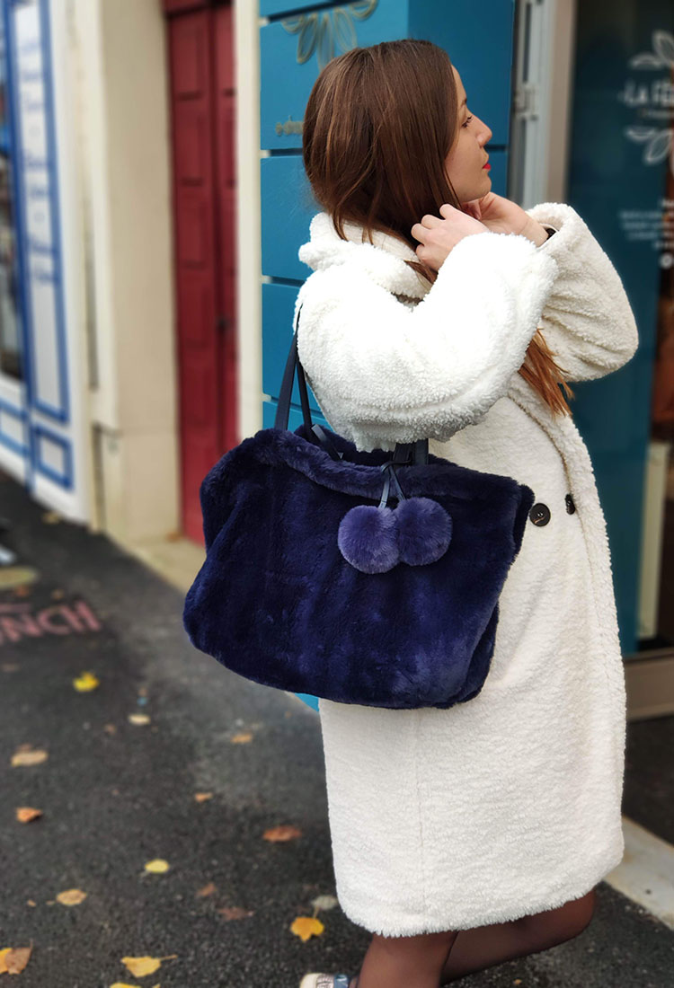 erika-sac-epaule-grand-cuir-reversible-moumoute-pompom-bleu-nuit-la-fee-louise-2