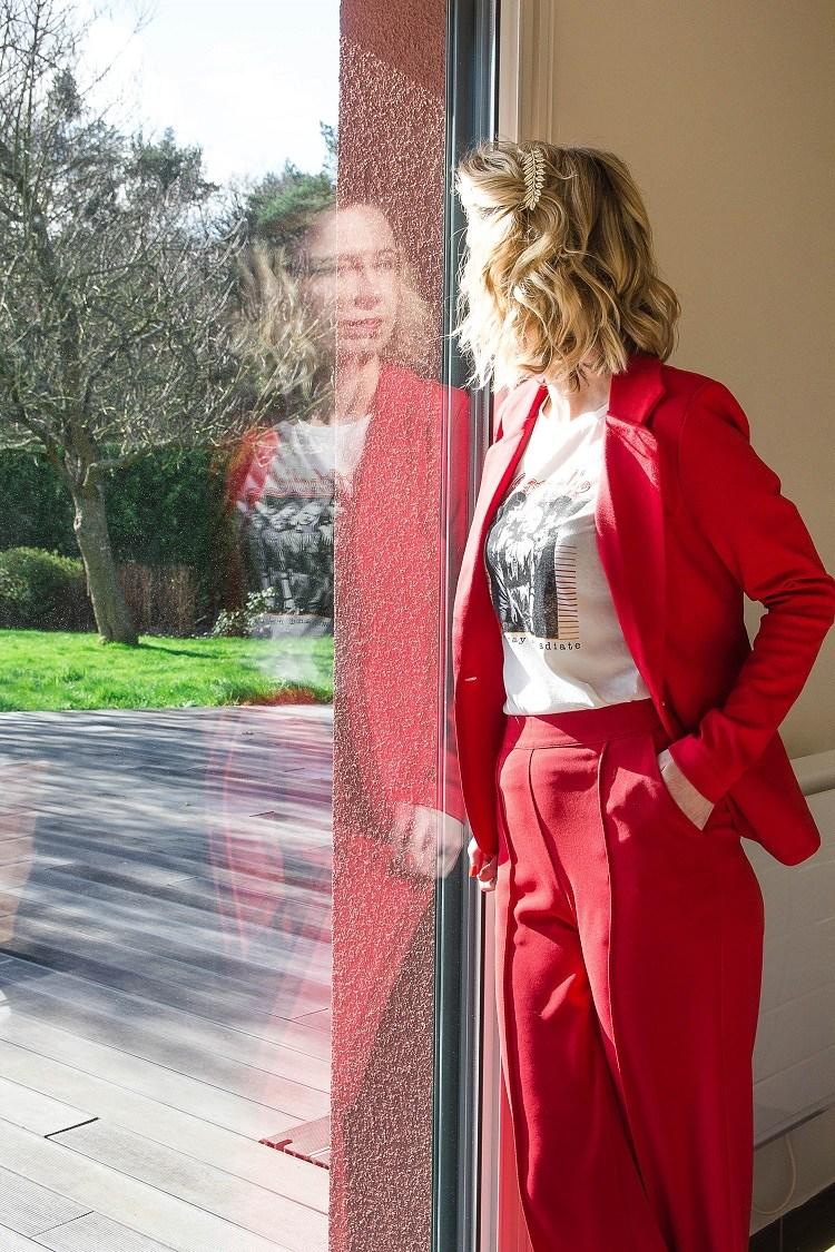Look-137-rouge-addict-veste-pantalon-tshirt-escarpin-barette-la-fee-louise-1