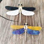 broche-libellule-blanc-noir-jaune-bleu-dore-la-fee-louise-1