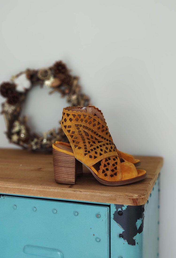 garcia-sandale-talon-croute-de-cuir-dentele-jaune-moutarde-alpe-rubino-la-fee-louise-1