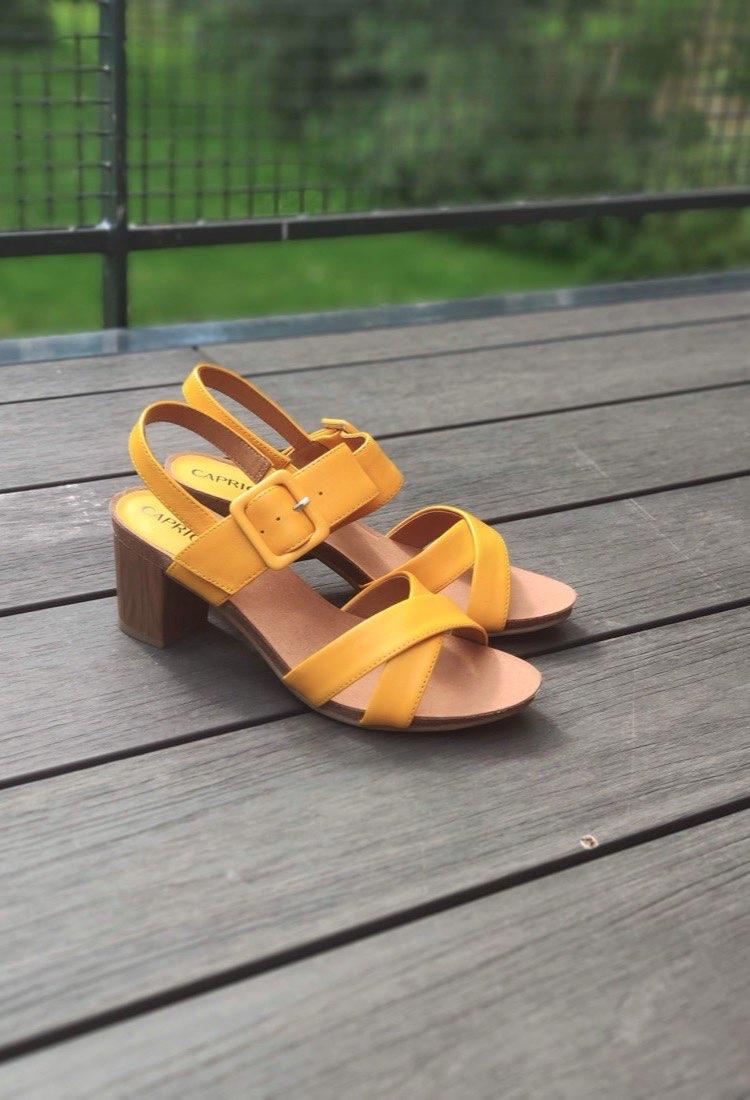 Chenoa-sandale-talon-jaune-noir-cuir-caprice-la-fee-louise-01