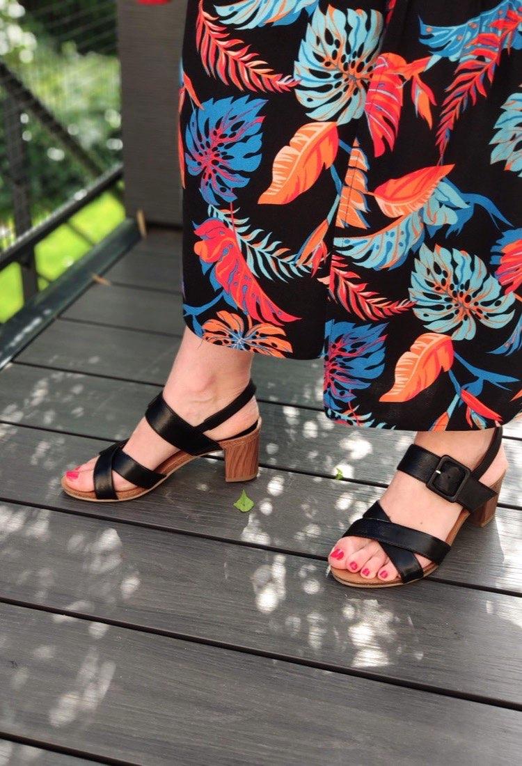 Chenoa-sandale-talon-jaune-noir-cuir-caprice-la-fee-louise-05