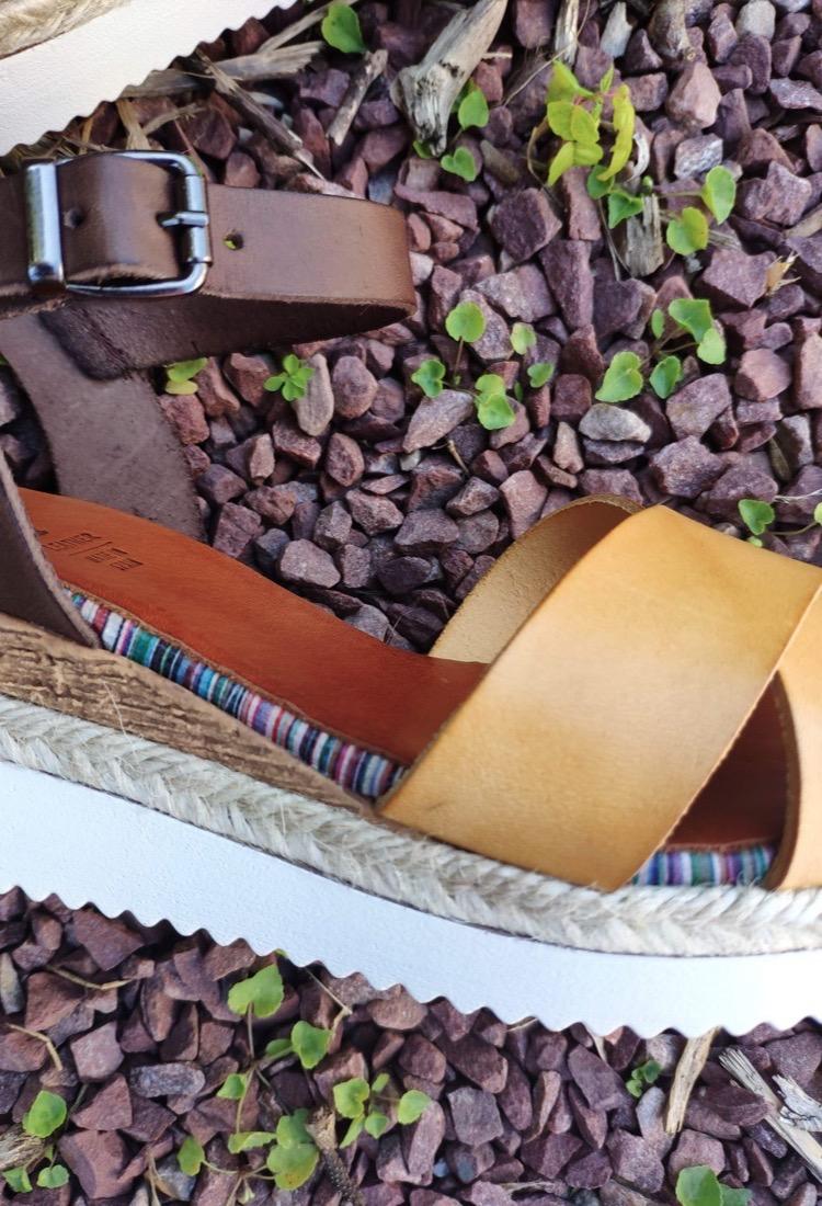 Leonie-sandale-compense-ouverte-cuir-jaune-moutarde-marron-croise-porronet-la-fee-louise-1-03
