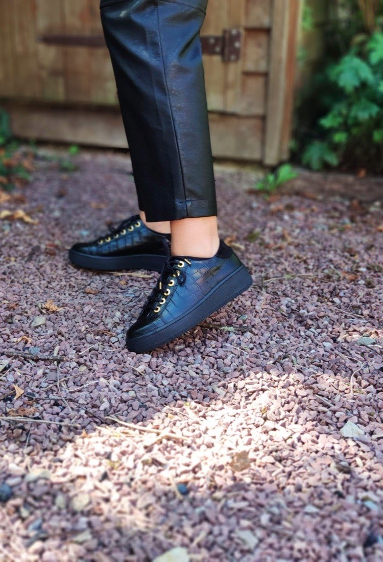 Melly-basket-croco-cuir-noir-lacet-we-do-grosse-semelle-gomme-epaisse-la-fee-louise-1-01