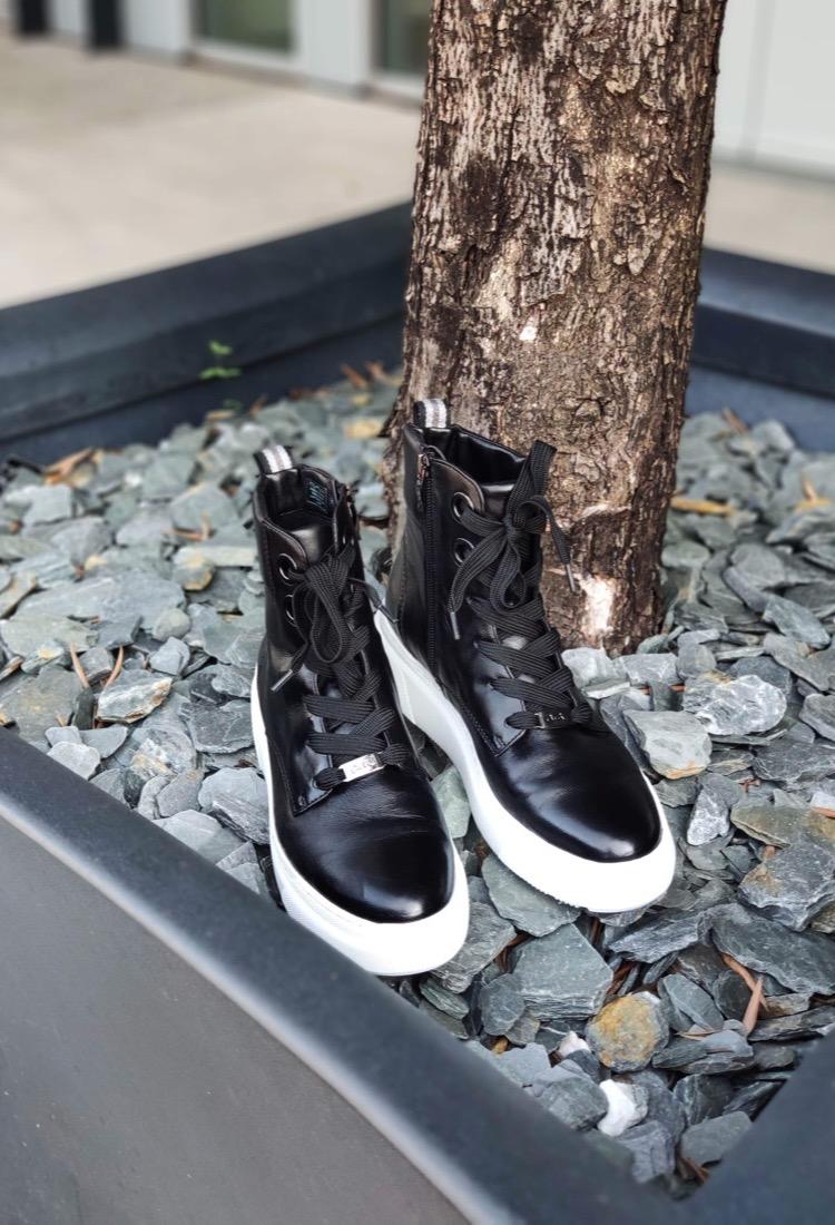 Nicolle-bottine-noir-tige-montante-cuir-lacet-semelle-epaisse-blanche-ara-confortable-la-fee-louise-1-07