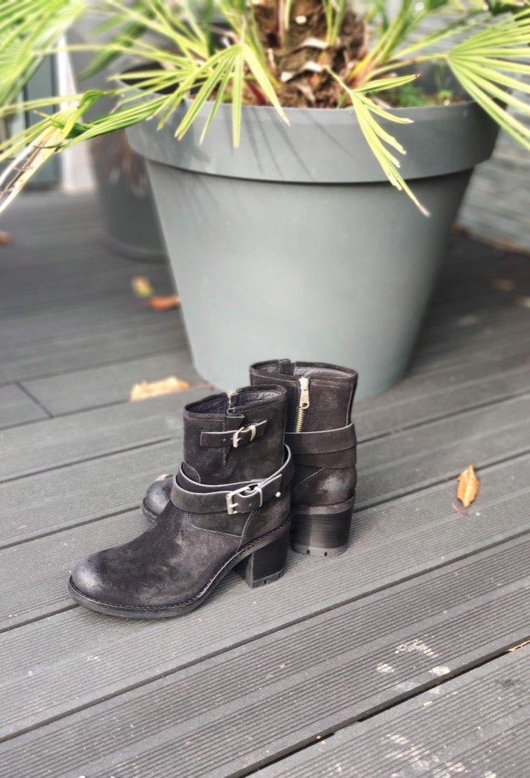 Katya-bottine-free-lance-talon-boucle-noir-croute-de-cuir-confortable-la-fee-louise-1-01