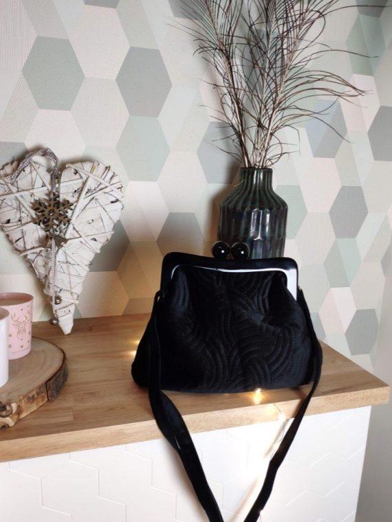 Naissa-sac-a-main-bandouliere-forme-bourse-style-retro-noir-interieur-tissu-fermeture-la-fee-louise-1-01