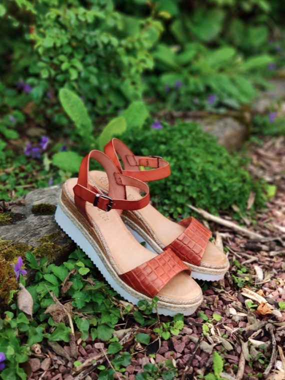 Laely-sandale-compensee-talon-semelle-blanche-paille-jaune-camel-effet-croco-cuir-FI-2634-porronet-la-fee-louise-06