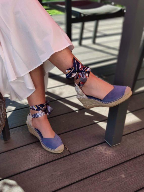 Lana-espadrille-compensee-fermee-bleu-ruban-soie-foulard-motif-cheville-14229-vidorreta-la-fee-louise-04