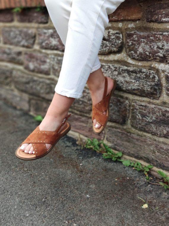 Sati-sandale-plate-croute-de-cuir-bandes-croisees-semelle-cuir-kaki-camel-aliwell-la-fee-louise-05
