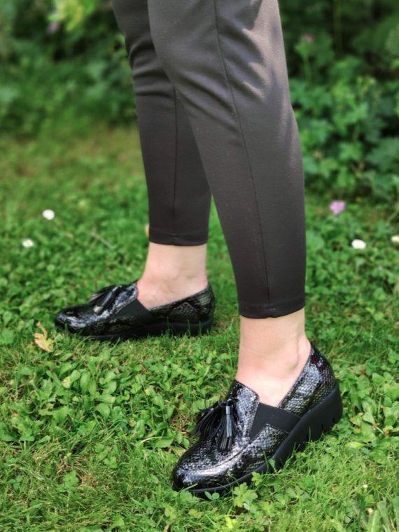 Anouk-mocassin-vernis-noir-python-cuir-semelle-noir-crantee-elastique-wonders-C33254-la-fee-louise-06