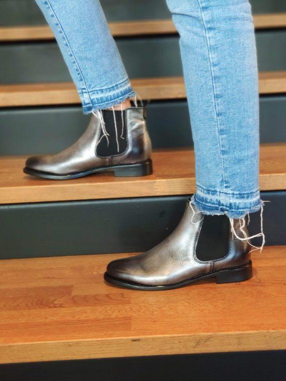 Camille-bottine-cavaliere-cuir-gris-argente-metal-plate-CO77545BE-we-do-la-fee-louise01