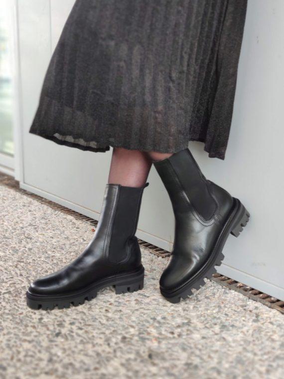 Cindy-bottine-noire-haute-cuir-elastique-semelle-crante-2095-alpe-la-fee-louise-06